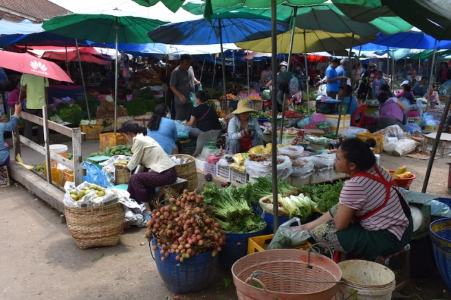 Parades de verdures i fruita a Phousi Market