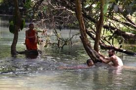 Compartint bany amb els monjos