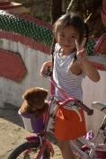 Una nena juga amb un gos