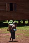 Una dona transporta menjar