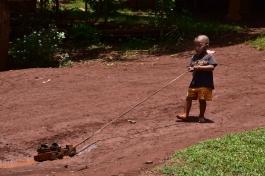 Un nen juga amb les seves sandàlies