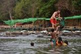 Jugant a tirar-nos a l'aigua a Phasuam